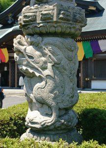 交通安全祈祷殿石燈籠右側の龍神