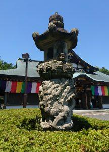 交通安全祈祷殿石燈籠左側の龍神