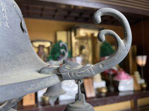 大本堂の裏・左燈籠蕨手-龍神